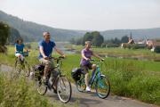 Radler auf dem  Weser-Radweg