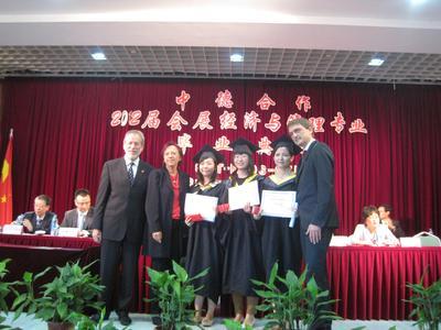 Prof. Dipl.-Volkswirt Helmut Schwägermann (1.v.l.), Prof. Dr. Marie-Luise Rehn (2.v.l.) und Prof. Dr. Andreas Bertram (1.v.r.) haben die besten drei Absolventen des IEMS-Studiengangs in Shanghai ausgezeichnet
