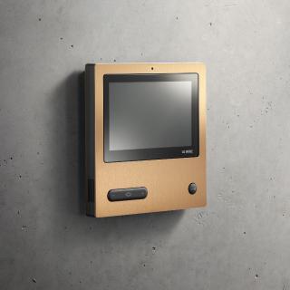 Hauchdünne Beschichtung, brillante Farbqualität: das Siedle Video-Panel mit extragroßem Bildschirm und PVD-Beschichtung Kupfer © S. Siedle & Söhne