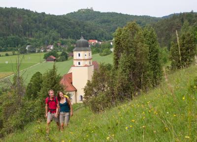 Wanderer bei der Wallfahrtskirche Stettkirchen im Naturpark Hirschwald. Foto: obx-news/Landkreis Amberg-Sulzbach