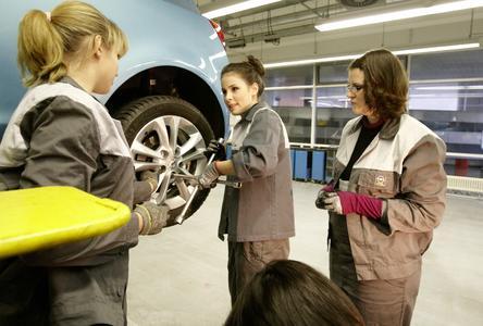 Lena Meyer-Landrut nutzte einen Aufenthalt in Rüsselsheim um dem Opel-Ausbildungszentrum einen Besuch abzustatten. Im Bild die Auszubildenden Liza Kramm (links) und Juliane Fischer