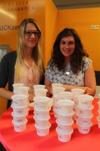 (v.l.) Barbara Schänzer aus Osnabrück und Linsay MacDonald aus Schottland mit ihren selbst produzierten Eiskreationen