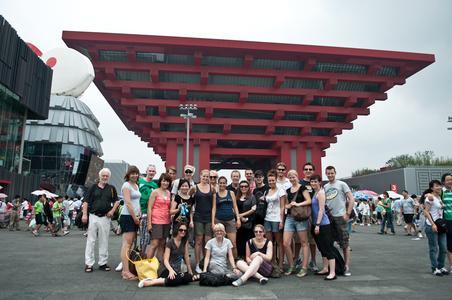 Sammelten viele neue Eindrücke in China: Die Studierenden mit Prof. Helmut Schwägermann (Mitte) vor dem Chinesischen Pavillon auf der EXPO in  Shanghai