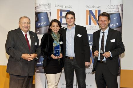 Kisseria ist Gewinner des netstart-Award 2011 (v.l.n.r.: Franz-Josef Wernze, ETL Gruppe; Susann Berthold, kisseria; Jörn Reinhold, kisseria; Prof. Dr. Tobias Kollmann, Universität Essen
