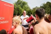Das Team um Dr. Stephan Wolf verteilt die Picknick-Decken im Rheinauer Parkschwimmbad