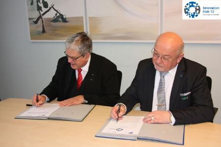 """H-Präsident Prof. Dr. László Ungvári (r.) und BTU-Präsident Prof. Dr. -Ing. Jörg Steinbach unterzeichneten im Februar 2017 eine Vereinbarung zur gemeinsamen """"Forschungsachse A13"""""""