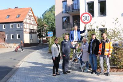 Landrat Manfred Görig und Bürgermeisterin Dr. Birgit Richtberg enthüllten im Beisein von Polizei, Hessen Mobil und Straßenverkehrsbehörde das 30er-Schild vor dem Altenwohnheim LuWiA. Foto: Gaby Richter