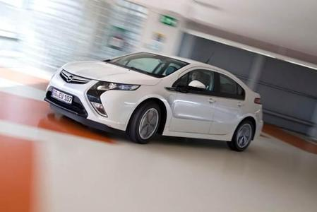 """Die Vorreiterrolle der Marke Opel in Sachen Elektromobilität unterstreicht der im März zum """"Auto des Jahres 2012"""" gekürte, revolutionäre Ampera (Bild), der Besuchern der AMI für Probefahrten bereit steht"""