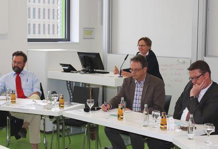 Wie muss die Zuwanderung nach Deutschland gestaltet werden? Darüber waren die Teilnehmer der Podiumsdiskussion durchaus unterschiedlicher Meinung. V.l.: Prof. Dr. Hermann Heußner, Dr. Barbara Weiser, Moderator Prof. Dr. Joachim Thönnessen und Bodo Suhren