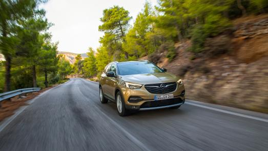 Weckt die Abenteuerlust: Der Opel Grandland X mit neuem 130 kW/177 PS starken Spitzendiesel und Achtstufen-Automatik
