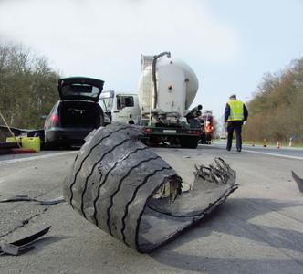 Trotz Unfallgefahr und höheren Verbrauchs sieht EU-Kommission keinen Bedarf für Reifenkontrolle an LKW (Foto: Feuerwehr Werne)