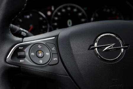 Klare Sicht bei kalten Temperaturen: Beim neuen Opel Insignia Grand Sport genügt ein Tastendruck, um die unscheinbaren Heizdrähte in der Windschutzscheibe zu aktivieren.