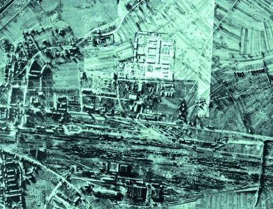 Das Foto zeigt das Ausmaß der Zerstörungen, wie sie sich noch am 28. Februar 1945 darstellten. Dabei wurden mehrere Fotos zusammenmontiert, die aus einer Mosquito XVI der 540sten Squadron der Royal Air Force gemacht worden waren