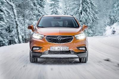 Mit dem Opel Mokka X in die Berge: Der SUV-Bestseller von Opel ist dank Allradantrieb der ideale sichere Gefährte auf winterlich verschneiten Straßen