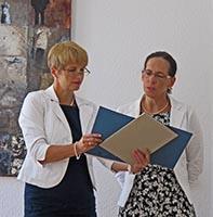 Brandenburgs Wissenschaftsministerin Dr. Martina Münch (l.) überreicht Dr. jur. Cordula Schön die Ernennungsurkunde