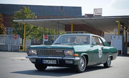 Werksbesuch beendet: Opel-Chef Dr. Karl-Thomas Neumann und sein Diplomat A V8 verlassen nach der Mittagspause das Opel-Werksgelände