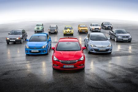 Elf Freunde: Der neue Astra an der Spitze von elf erfolgreichen Generationen Opel-Kompaktklasse; hintere Reihe von links: Kadett 1, Kadett A, Kadett B, Kadett C, Kadett D und Kadett E; vordere Reihe von links: Astra F, Astra H, neuer Opel Astra, Astra J, Astra G