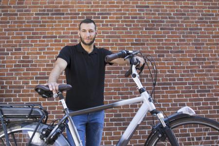 Timur Baykal, Zweiradmechanikermeister und Fahrradexperte der Ammerländer Versicherung