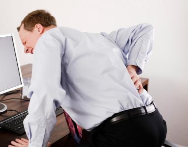 Tiefsitzende Rückenschmerzen machen vielen Menschen den Alltag zur Qual. Foto: Fotolia